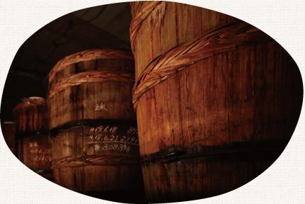 「天然醸造」とは、その土地固有の気候風土の中で自然の発酵速度に任せてじっくり熟成させる製法です